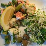 Light, easy dinner at a day with home office. Leftovers from yesterday, warmed up #salmon with cauliflower, asparagus, lemon and parsley. As salad: Feldsalat, sprouts of clover and radish and a few olives. Jummy! #norwegianfood #food #dinner #middag #godtno