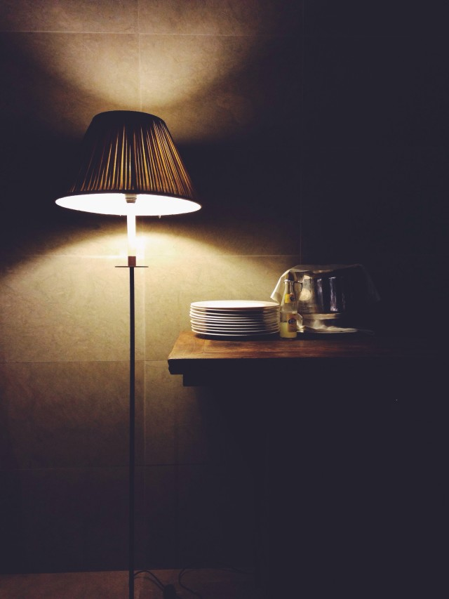 A lamp, plates and drinks. Light
