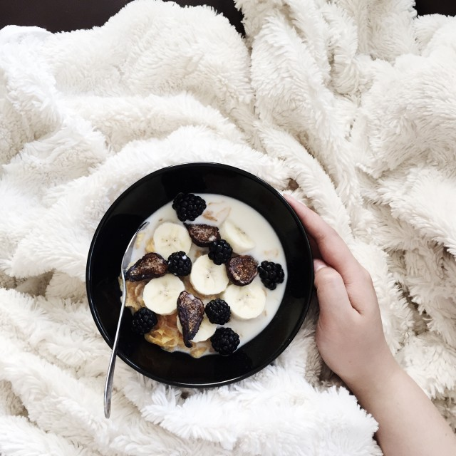 Cereal with banana, blackberries, and dried figs