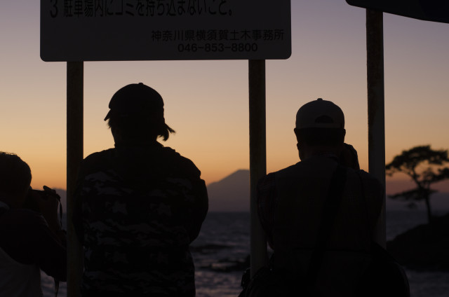 Photographers photographing sunset over Mount Fuji and the Pacific Ocean.