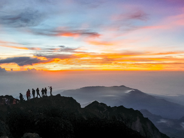 The view from the top of Gunung Rinjani at sunrise (Indonesia)