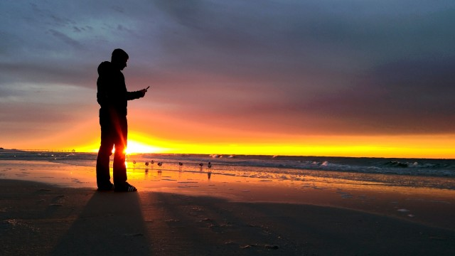 A real life millennial texting his friends to rise up for a sunrise with the birds...