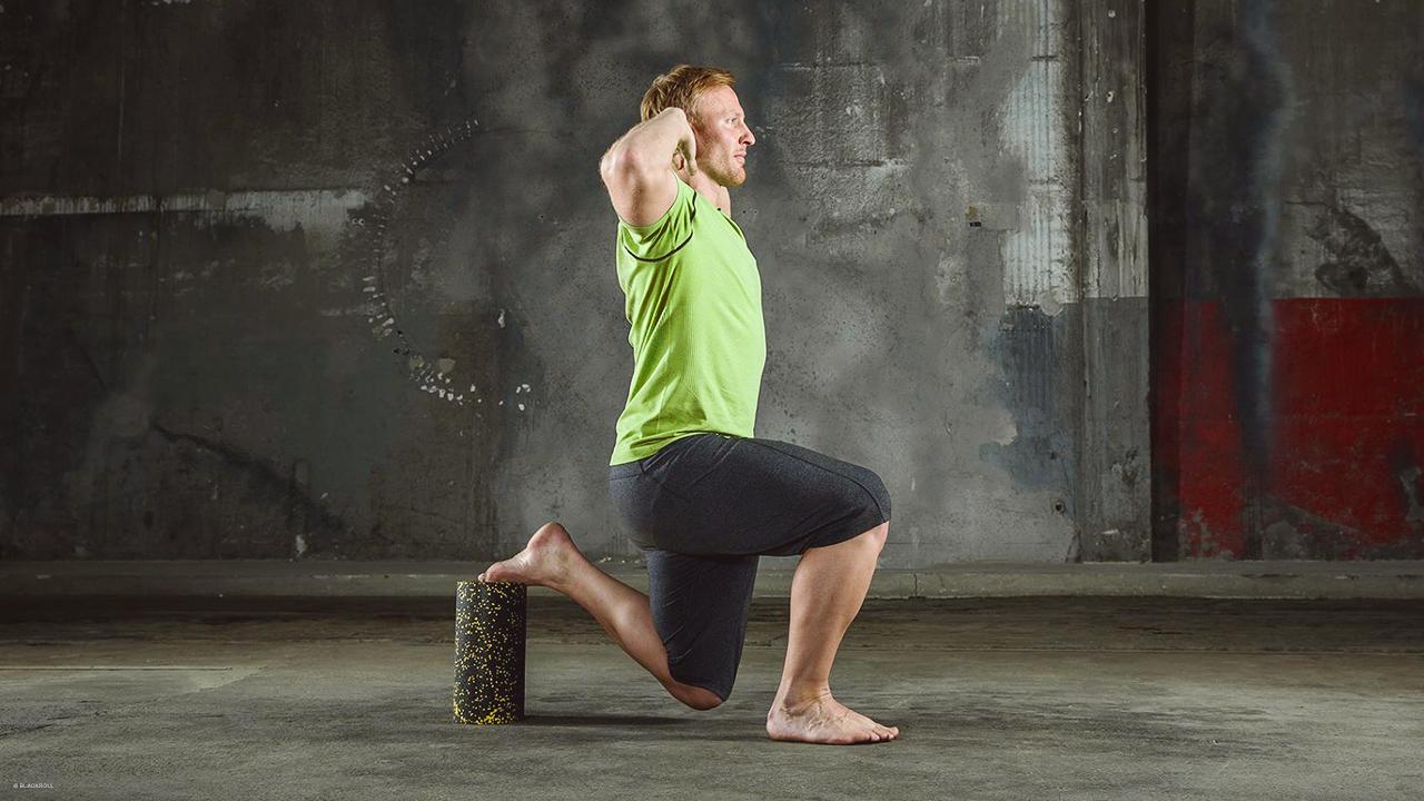 Mann macht einbeinige Kniebeugen auf der Blackroll