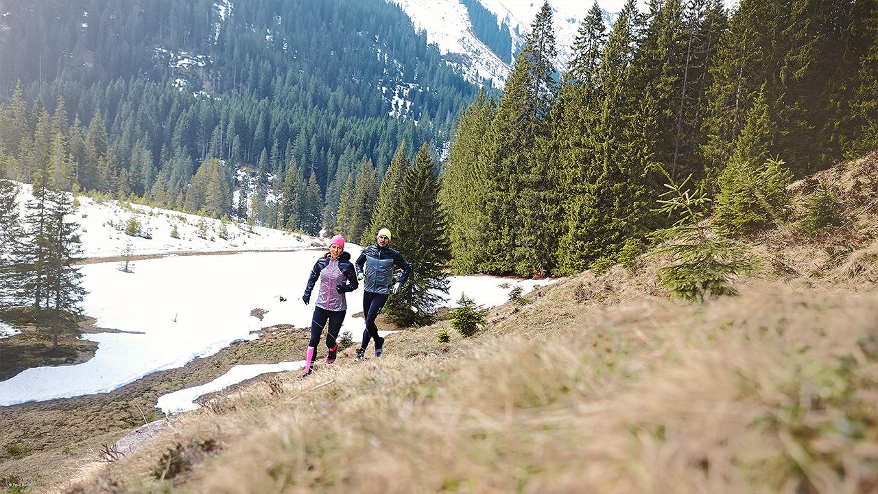 Mann und Frau beim Trailrunning in Pearl Izumi Funktionsbekleidung