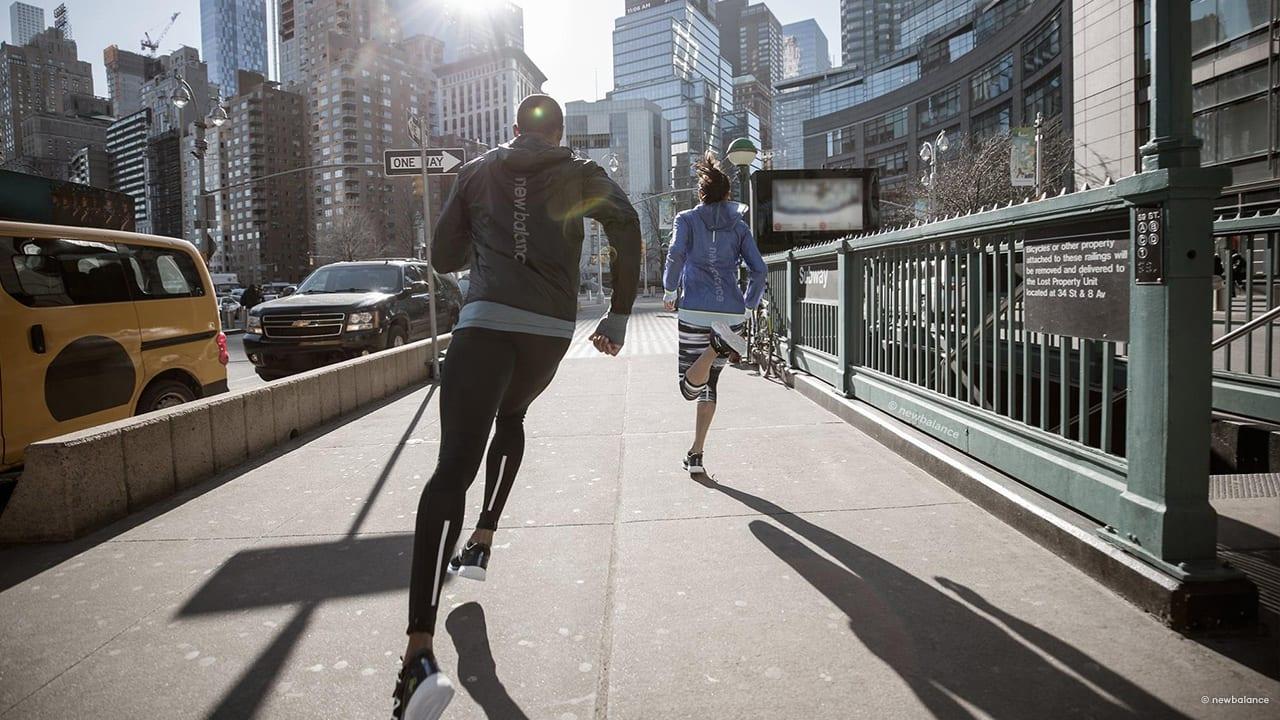 Mann und Frau joggen schnell in Laufbekleidung für Herren