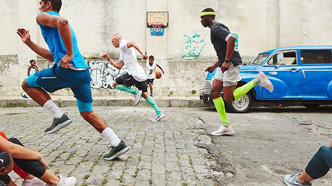 Männer in Laufsocken für Herren sprinten an sitzenden Frauen vorbei