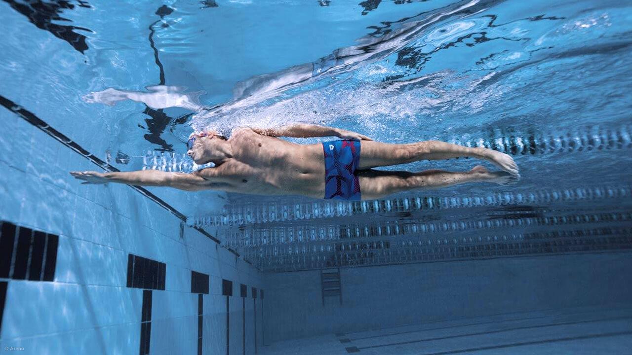 Schwimmer mit Arena Badehose im Schwimmbecken