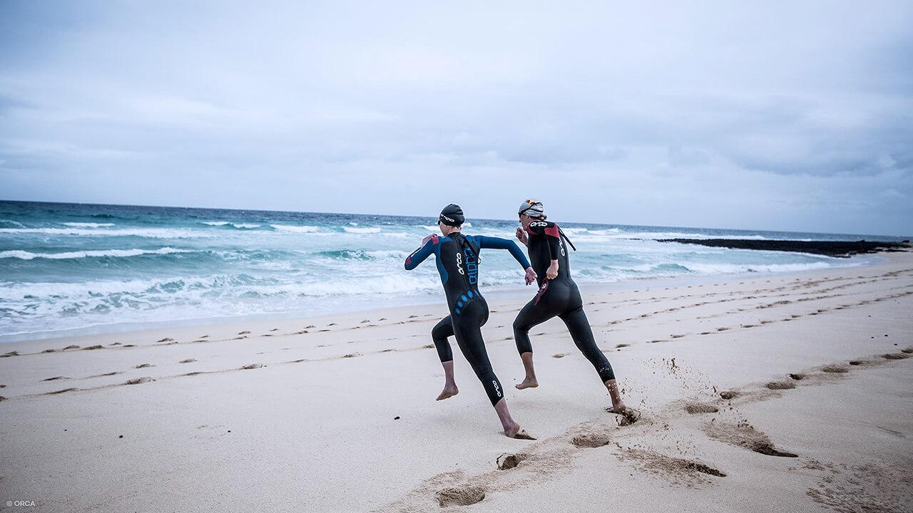 Triathleten mit Orca Schwimsuit am Strand