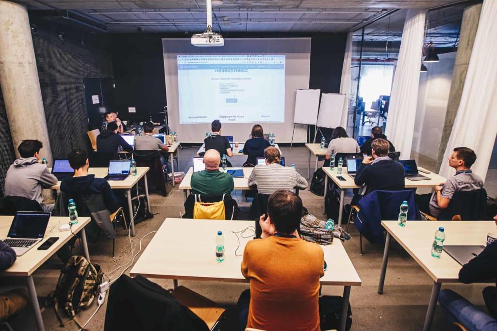 Zdjęcie sali pełnej ludzi na warsztacie Michała Miszczyszyna z ReasonML