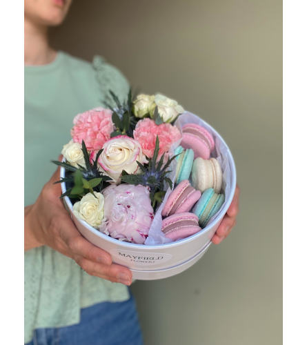 ROUND FLOWER BOX WITH MACARONS