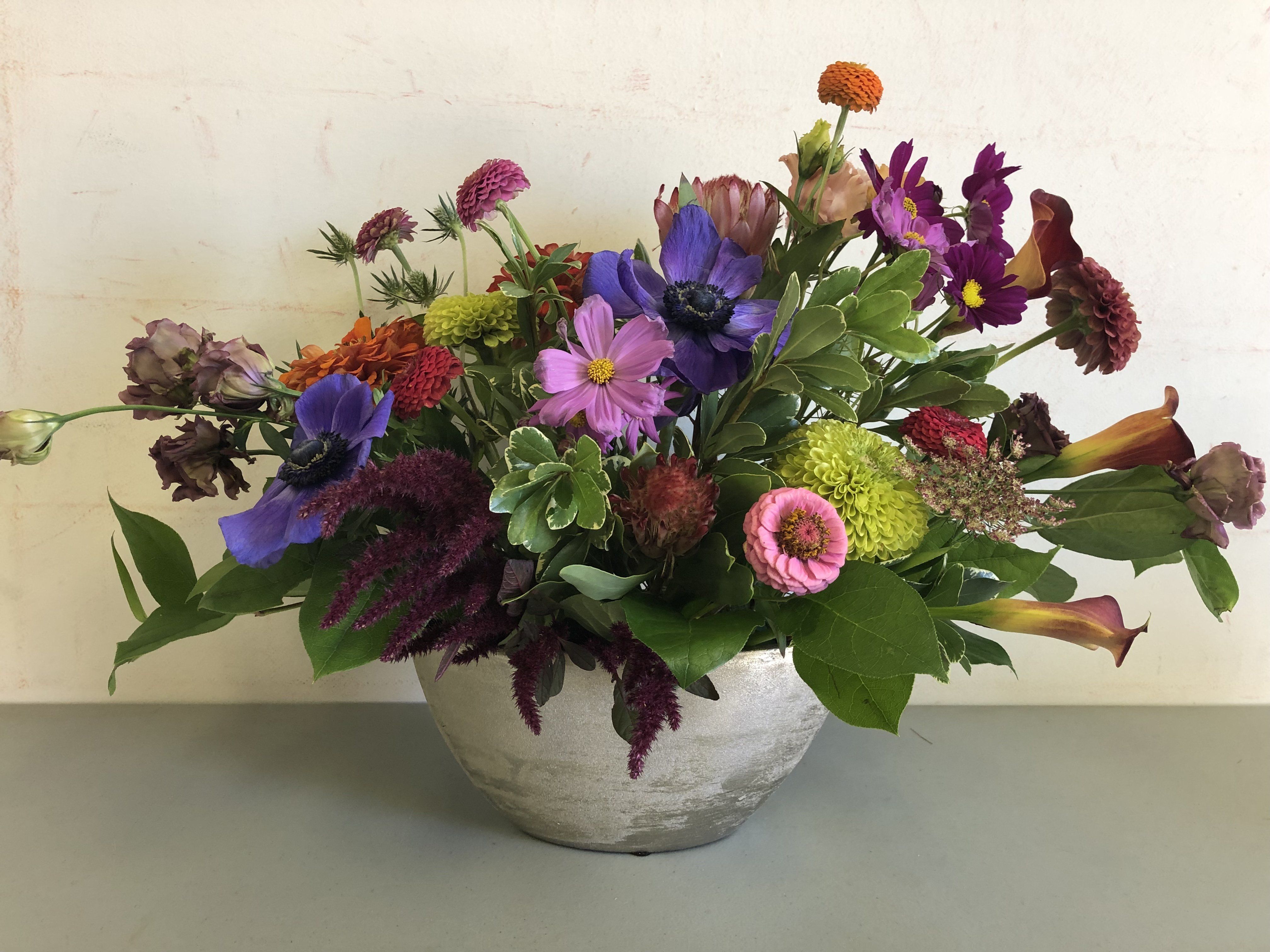 Modern_and_unique_floral_arrangement_myge3t.jpg