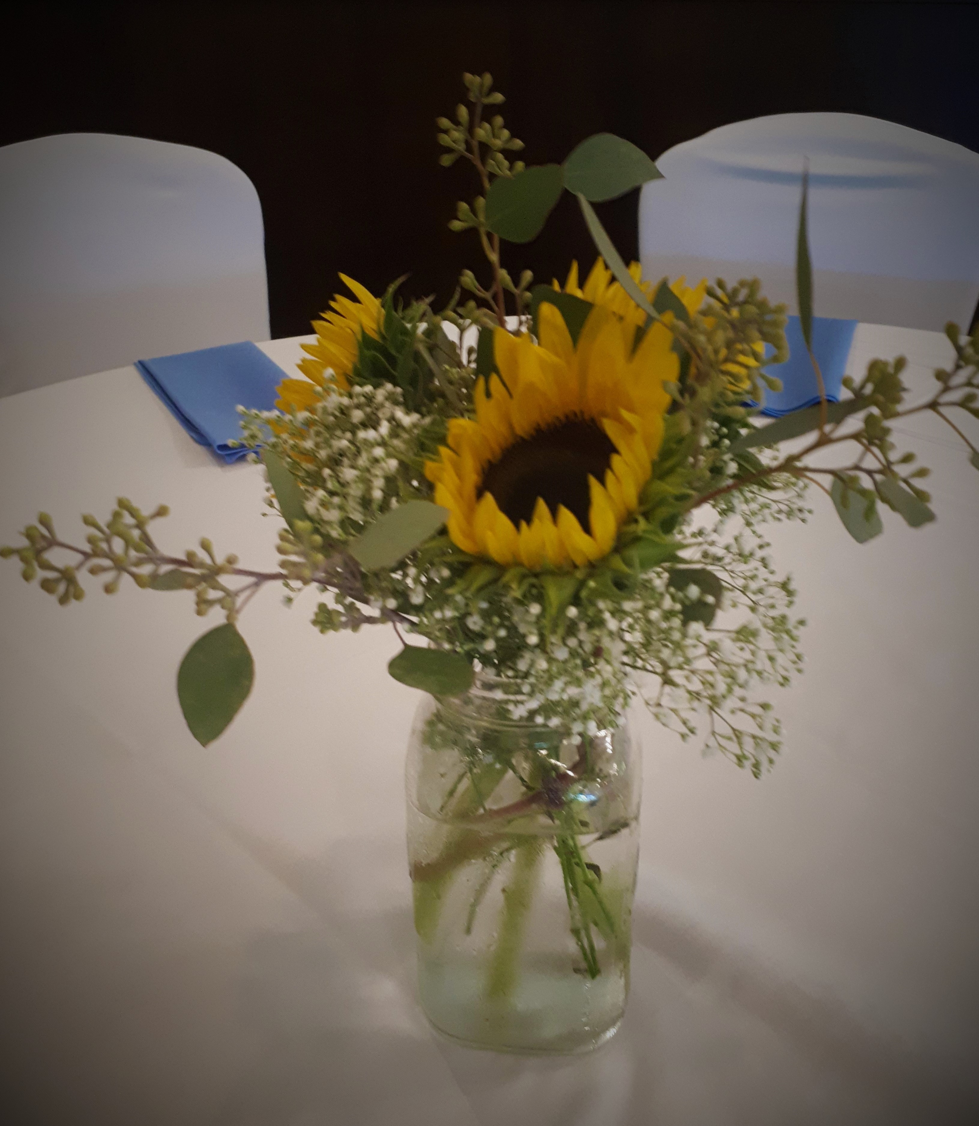 Sunflower_centrepiece_with_accents_ydpj9m.jpg