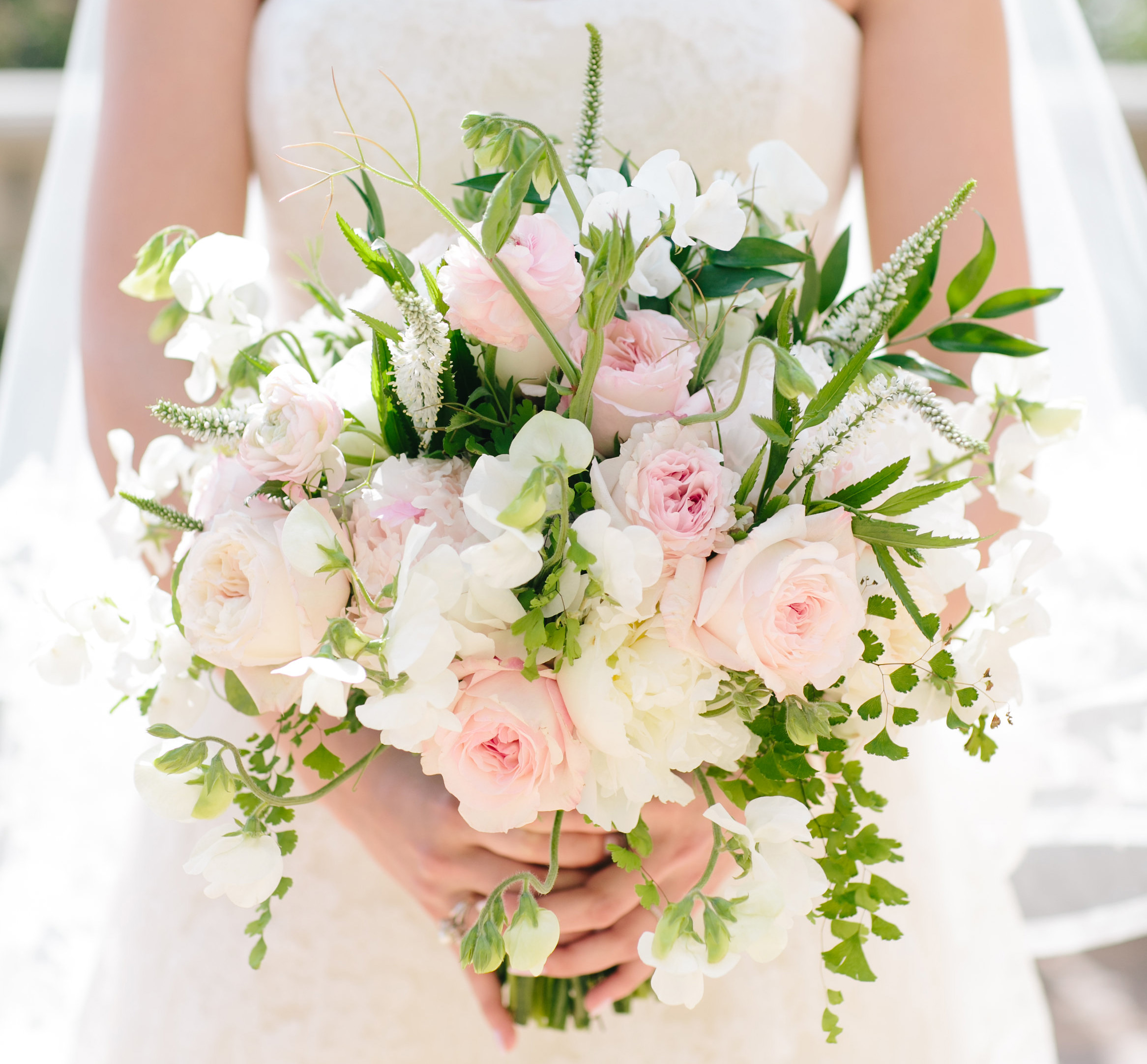 pink_and_white_bouquets_jdv2pb.jpg