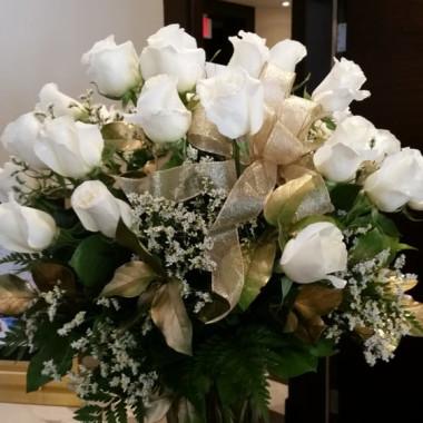 Premium_White_Roses_ivv6wv.jpg