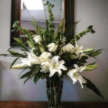 White_lily_and_rose_vase_jwq5je.jpg