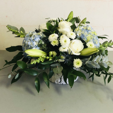 white_and_blue_centrepiece_flowers_gg68pz.jpg