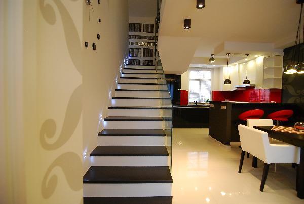Straight Staircase by Swati Sinha Taneja Indoor-spaces Contemporary | Interior Design Photos & Ideas