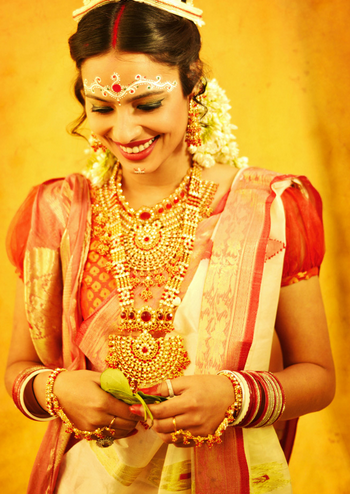 Mesmerising Bengali bride With Rubric Red Pendant Gold  Jewllery by Sunil S Rawat Wedding-photography Bridal-jewellery-and-accessories Bridal-makeup | Weddings Photos & Ideas