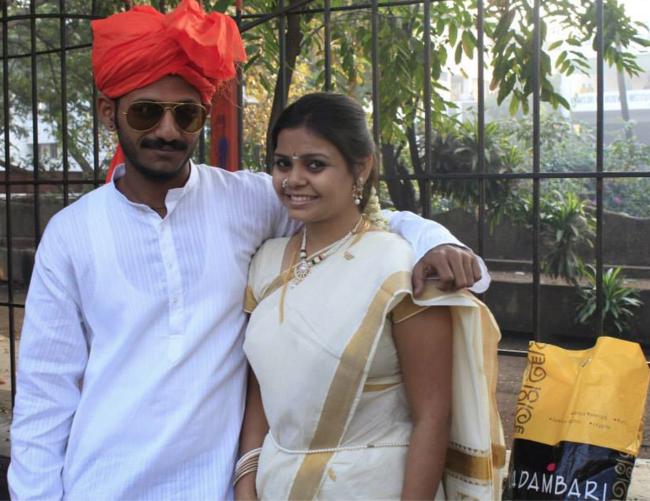 Marathi Bride Posing With a Guest by Soham Bais Wedding-photography | Weddings Photos & Ideas