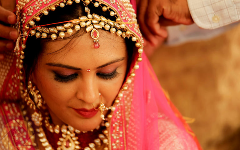 Gracious Bride Wearing Kundan Mang Tikka With Pink Pendant by Viral Shah  Bridal-jewellery-and-accessories | Weddings Photos & Ideas
