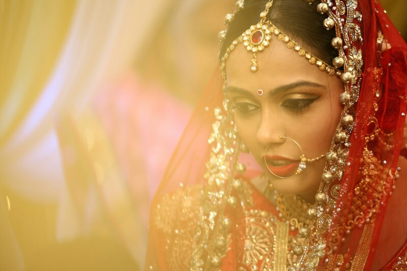 Exquisite Glowing Bride Wearing Golden Eyeshadow And Single Lace Tier Kundan Mang Tikka by Viral Shah  Bridal-makeup Bridal-jewellery-and-accessories | Weddings Photos & Ideas