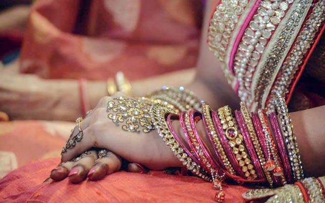 Bride Wearing Gliterring Mehendi by Sourav Kumar Das Bridal-mehendi Bridal-jewellery-and-accessories | Weddings Photos & Ideas