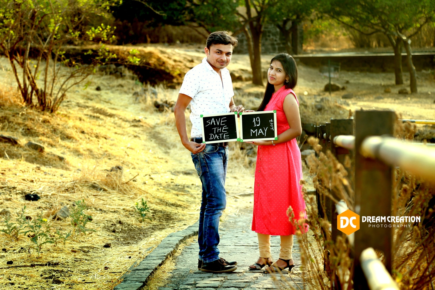 The couple with a thoughtful save the date by Dream creation Omerga Wedding-photography | Weddings Photos & Ideas