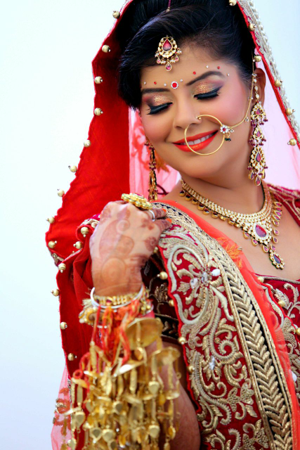 Bride Wearing Glittering Gold Makeup by Satinder pal singh Bridal-makeup | Weddings Photos & Ideas