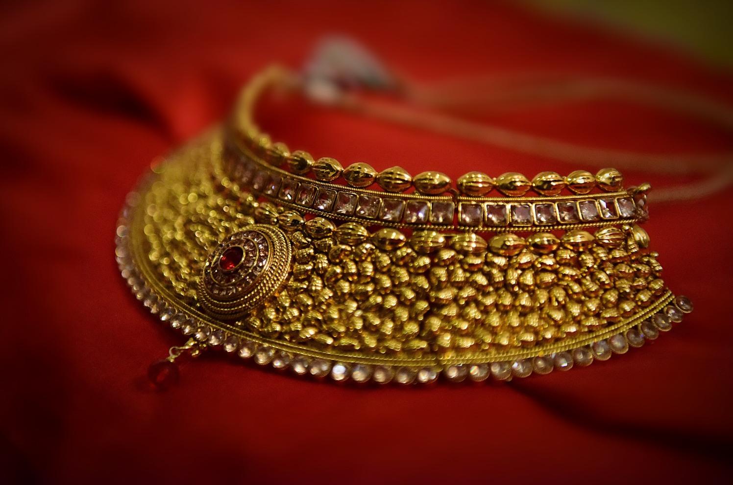 Beautiful bridal gold necklace by Himanshu's Lomography Wedding-photography | Weddings Photos & Ideas