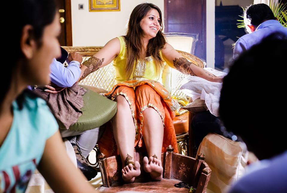Candid Shot Of Bride To Be Amidst Mehendi Ceremony by Paramjeet Singh Dhanjal Wedding-photography | Weddings Photos & Ideas