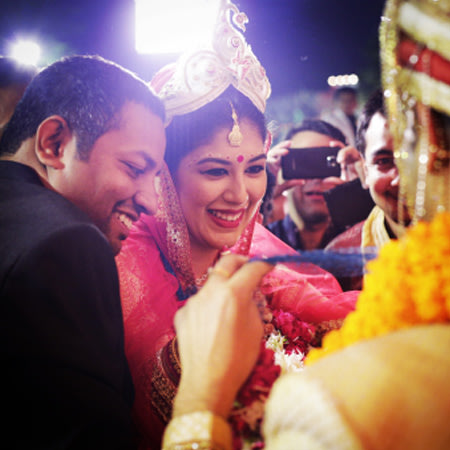 Candid Shot Of Chirpy Bengali Bride During The Garland Ceremony by Paramjeet Singh Dhanjal Wedding-photography | Weddings Photos & Ideas