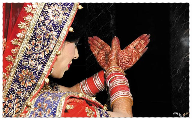 Beautiful mehendi design on brides's hand! by DC Photoworkz Wedding-photography | Weddings Photos & Ideas
