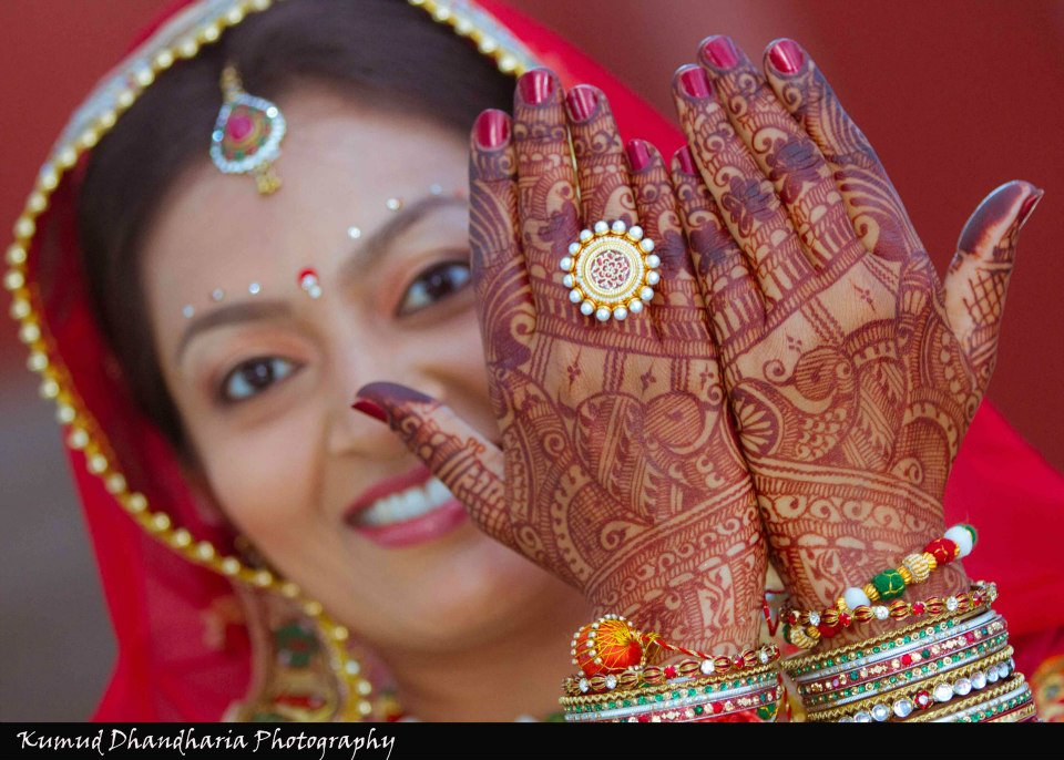 Intricate henna design on the back of hand of the bride by Kumud Dhandharia Photography Wedding-photography | Weddings Photos & Ideas