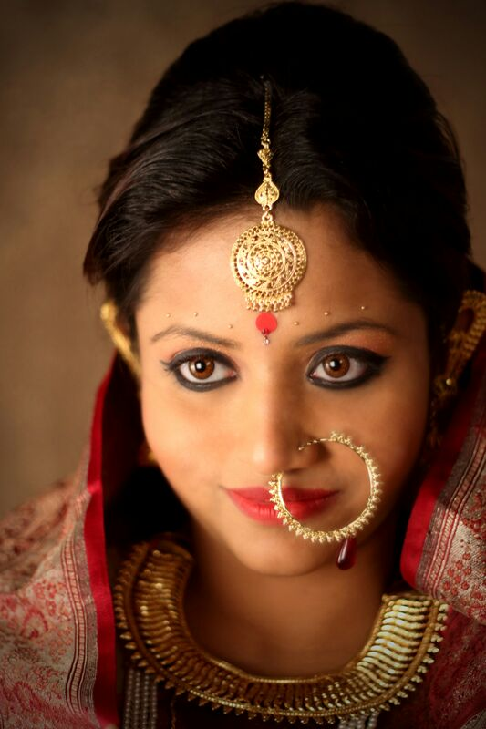 Colossal Bold Eyes With Gargantuan Nath And Gold Neckpiece by Parikshit Ghosh Bridal-makeup Bridal-jewellery-and-accessories | Weddings Photos & Ideas