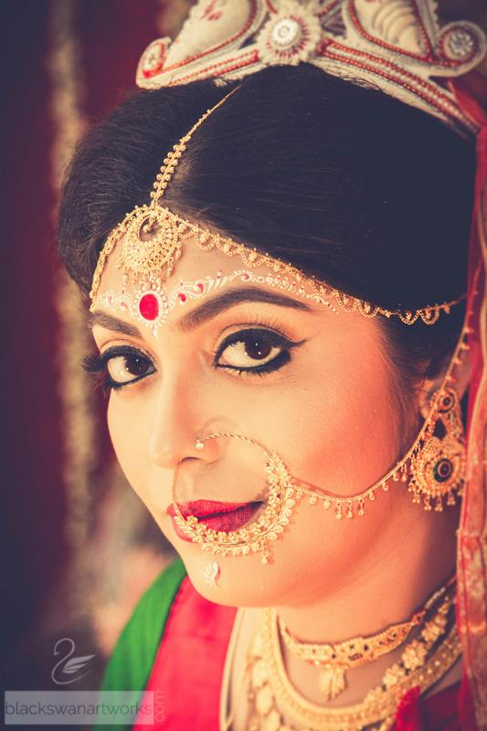 Winked Liner Colossal Eyes With  Golden Glow And Gold Nath by Parikshit Ghosh Bridal-makeup Bridal-jewellery-and-accessories | Weddings Photos & Ideas