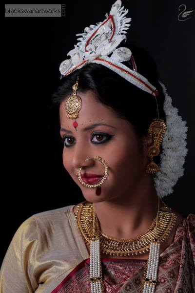 Traditional Bengali Bride With Red lined White Tairaa And Colossal Eyes by Parikshit Ghosh Bridal-makeup Bridal-jewellery-and-accessories | Weddings Photos & Ideas