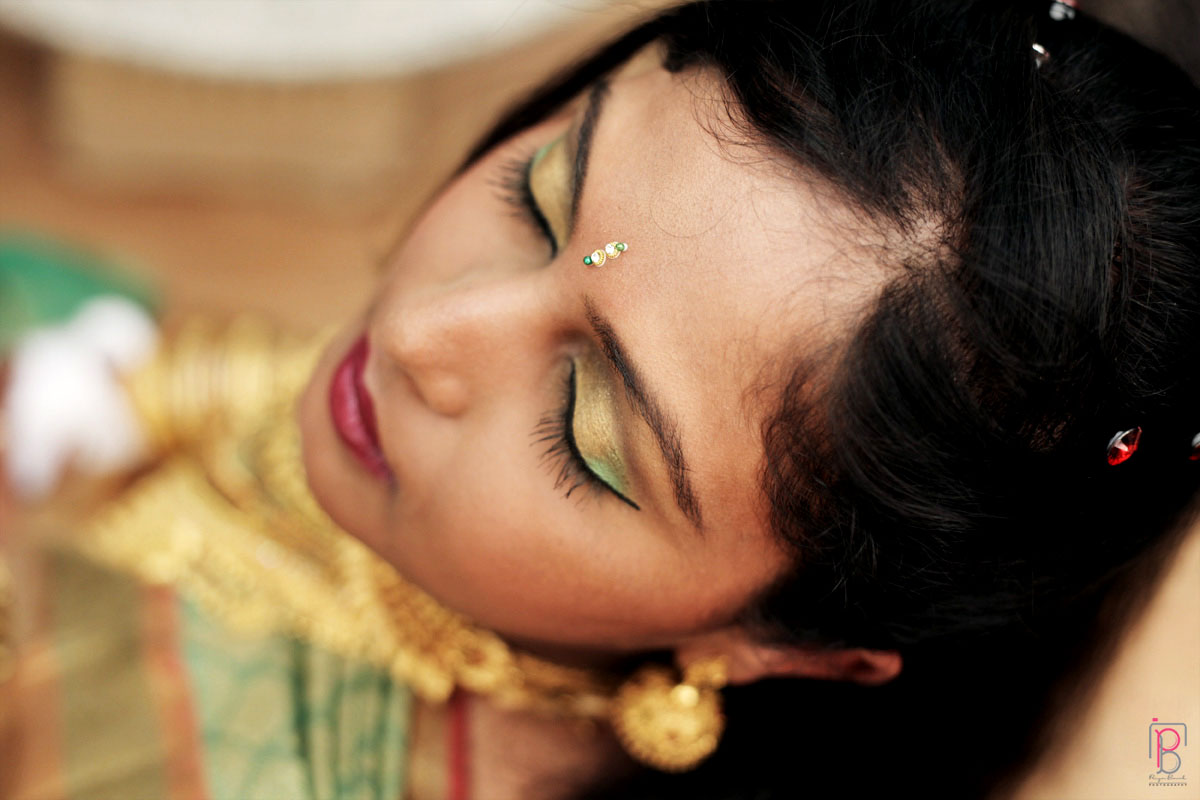 Gold Bridal Makeup by Priya Banik Photography Wedding-photography Bridal-makeup | Weddings Photos & Ideas