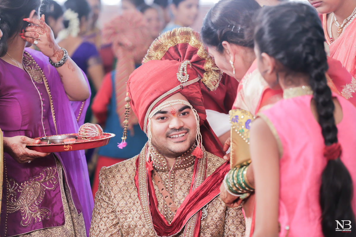 Majestic Maroon Turban For Groom With Red Stoned Brooch And Pearl String by Nikhil Y. Bharane Wedding-photography Groom-wear-and-accessories | Weddings Photos & Ideas