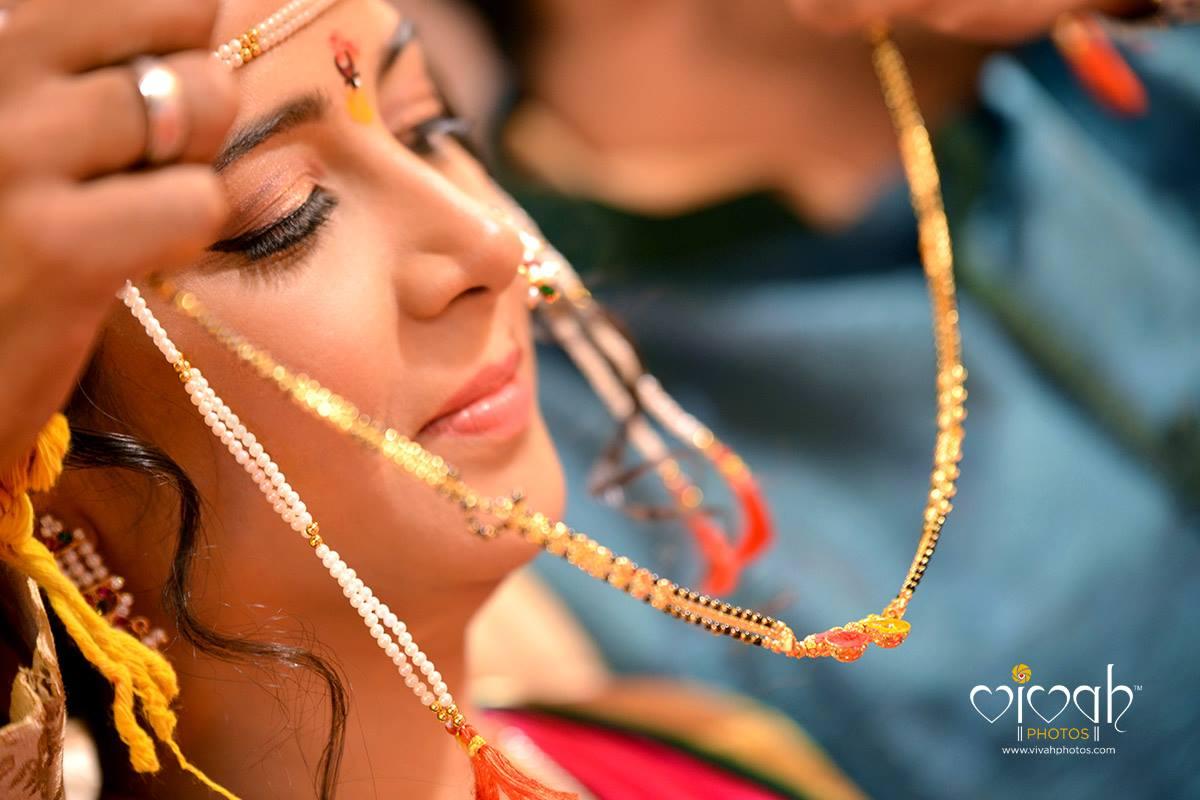 The mangalsutra by VIVAH PHOTOS Wedding-photography   Weddings Photos & Ideas