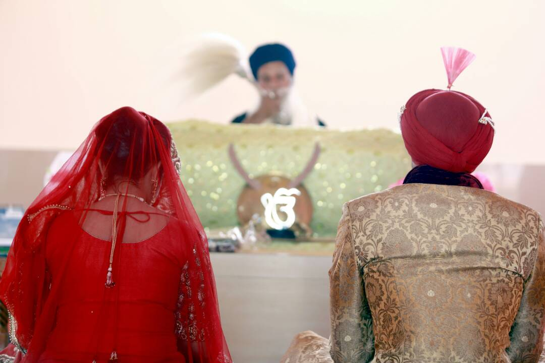Bride and groom candidly sitting in the gurudwara by Proffesional Photographer Wedding-photography | Weddings Photos & Ideas