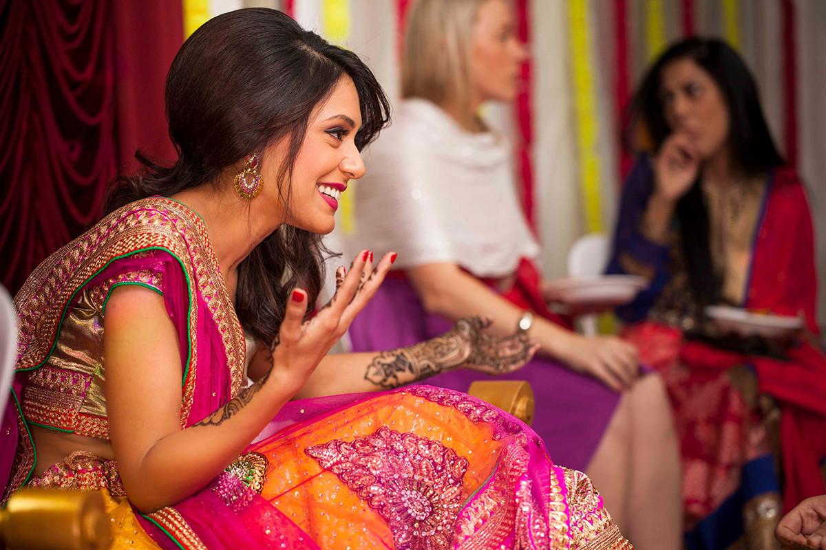 Isn't her smile disarming? by Sagar Makwana Wedding-photography Bridal-mehendi | Weddings Photos & Ideas