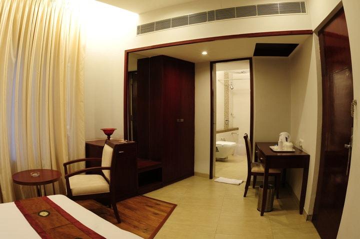 Spacious Bedroom by Rashmi Bedroom Minimalistic | Interior Design Photos & Ideas