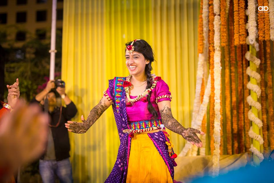 A stunning bride dancing on her mehendi. by Akash Anand Photography  Wedding-photography | Weddings Photos & Ideas