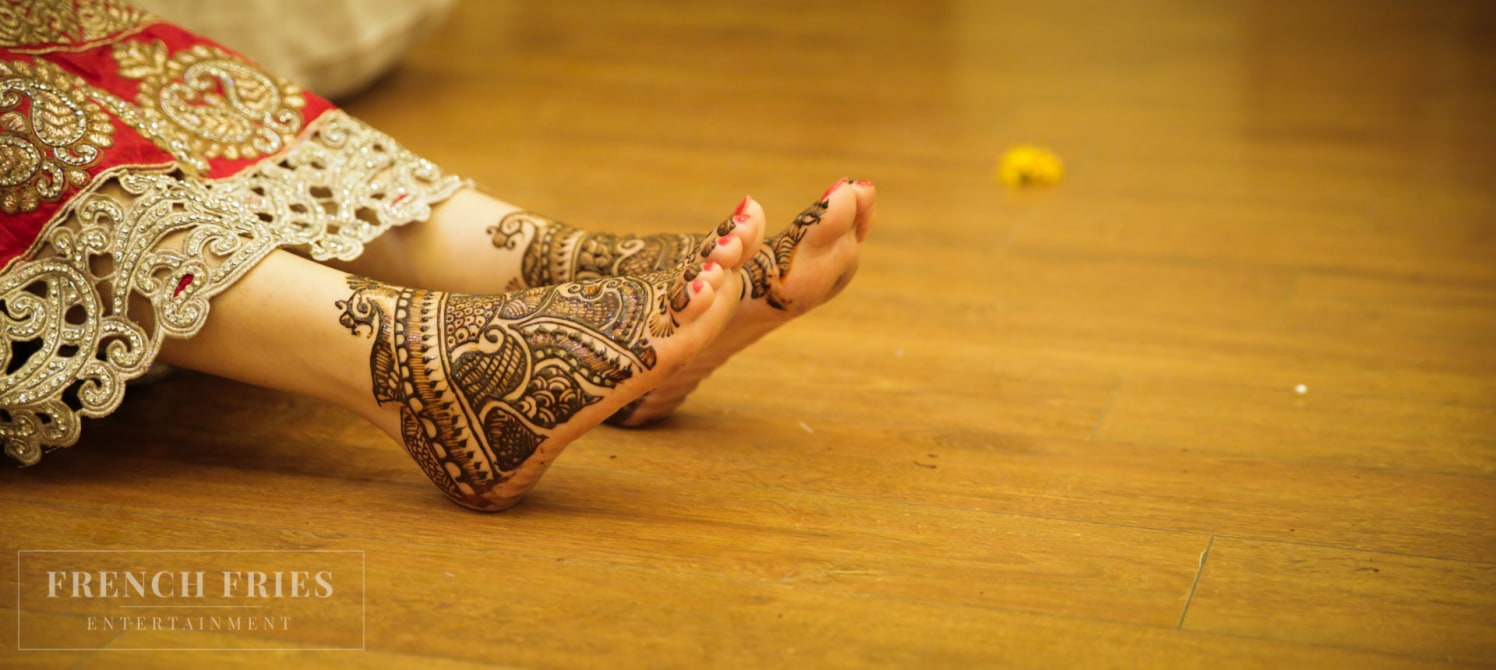Fresh Henna On Bride's Feet by Ravneet Oberoi Wedding-photography Bridal-mehendi | Weddings Photos & Ideas