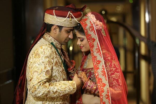 An Embracing couple by Momento Perfecto Wedding-photography | Weddings Photos & Ideas