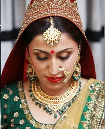 Bride Wearing Gold And Green gemstone Bridal Set by Preeti Sharma Wedding-photography Bridal-jewellery-and-accessories Bridal-makeup | Weddings Photos & Ideas