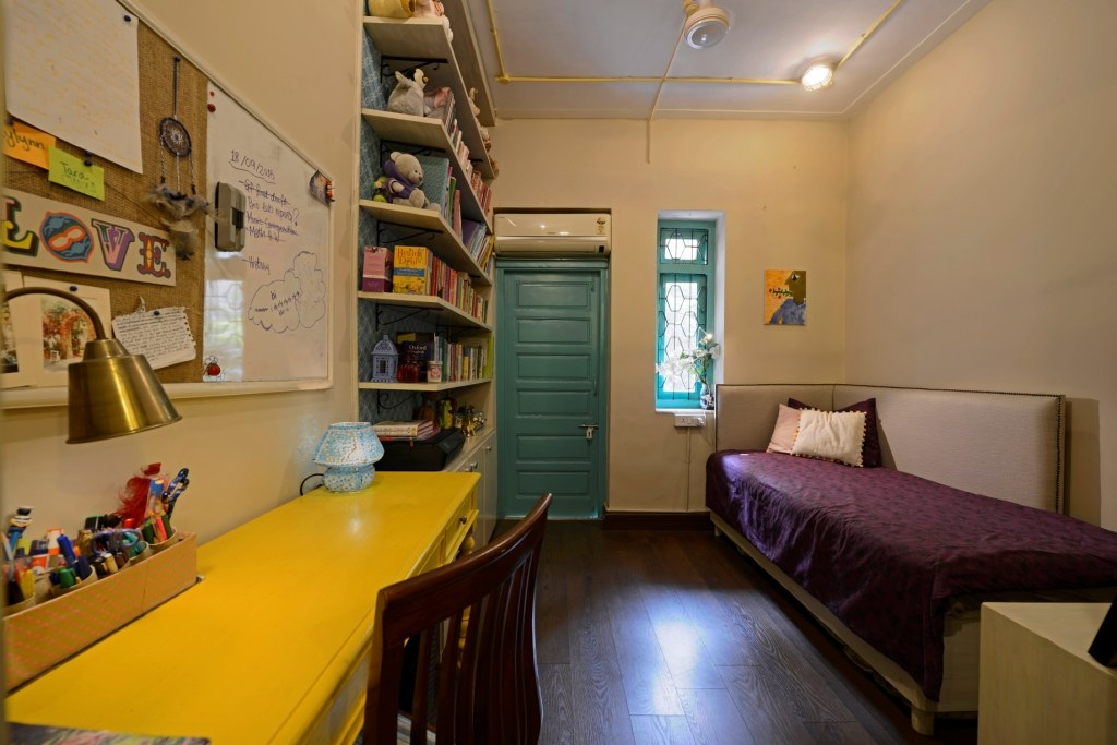 Retro yet moden Living Room by Himanshi Bedroom Modern | Interior Design Photos & Ideas