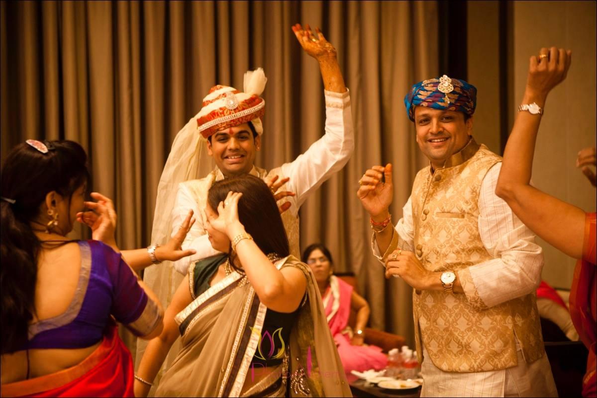 Dancing crowd by Photo Alchemy Wedding-photography | Weddings Photos & Ideas