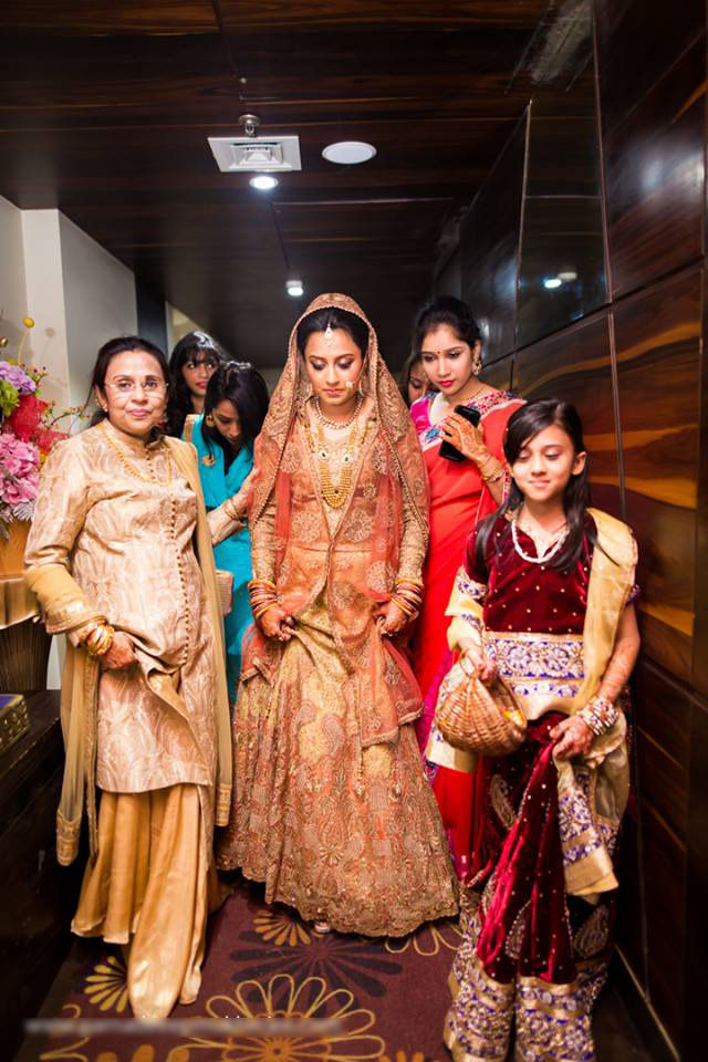 Brides with her bridesmaids! by Parnadeep Mukherjee Photography  Wedding-photography | Weddings Photos & Ideas