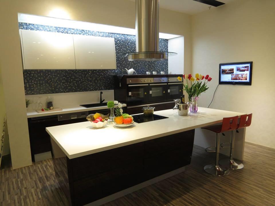 Modular Kitchen with Parallel Counters and Wooden Flooring by Mohit Kumar Modular-kitchen Modern | Interior Design Photos & Ideas